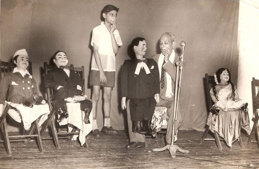Yeshwant Padhye with Young Ramdas performing his show