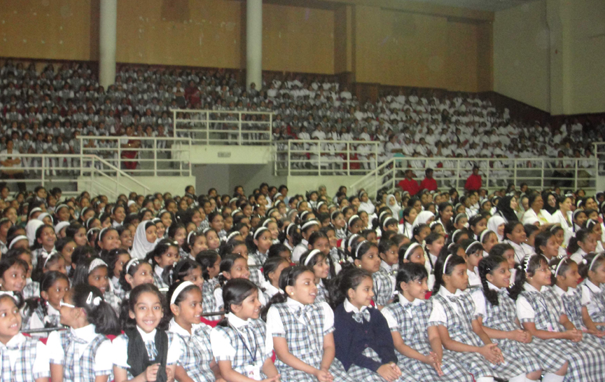 Children enjoying Ramdas Padhye's Performance in UAE